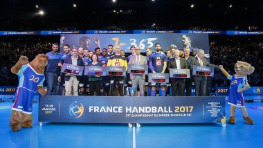 L'équipe et ses mascottes / © HANDBALL - GOLDEN LEAGUE BERCY 2016 Photo Stephane Allaman / DPPI