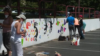 Sur le parking d'un supermarché du centre-ville, des adolescents de Vierzon laissent libre court à leur imagination en graffitis / © F3
