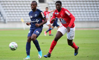 Cyril Mandouki de Paris FC et Ibrahim Sissoko de Brest lors du premier tour de la Coupe de la Ligue - Paris - 08/08/2017 / © Photo PQR/Le Parisien/MAXPPP - D. Winter