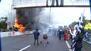Pendant la destruction du portique écotaxe de Saint-Allouestre en 2013 / © France 3 Bretagne