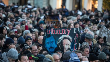 Des admirateurs de Johnny Hallyday assistent a l hommage populaire rendu au chanteur place de la Madeleine / © IP3 PRESS/MAXPPP