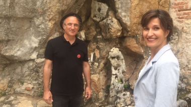 Anne-Sophie Mandrou et Laurent Doucet (association La rose impossible) à St-Cirq Lapopie. / © Daniel Call / France 3 Occitanie