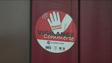 "Les commerçants peuvent apposer sur leur vitrine un autocollant montrant qu'ils font partie du dispositif ""vigilance commerce"". / © Quentin Cezard / France 3 Bourgogne"