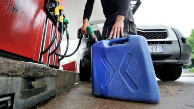 Parmi les quatre arrêtés en vigueur jusqu'à lundi, l'interdiction de la vente et le transport de carburant dans des récipients transportables (image d'illustration). / © PHOTOPQR/L'YONNE REPUBLICAINE/MAXPPP