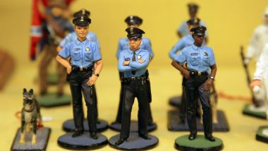 Figurines de policiers miniatures (photo d'illustration). / © AFP. JOEL SAGET