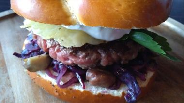 Le kazbar burger : pain bretzel tartiné de bibeleskaese, chou rouge et marrons, tome welsh au pinot gris / © Document remis