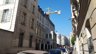 La grue qui menace de s'effondrer rue de l'Assomption, à Paris (XVIe). / © Radio France/Maxppp