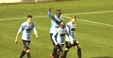 Lassana Doucouré, entouré de ses coéquipiers, célébrant son premier but face à Concarneau, dans un match comptant pour la 15e journée de National, le 30 novembre 2019. / © Capture d'écran YouTube / Championnat National Officiel