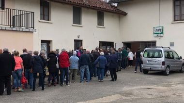 Une queue d'acheteurs devant le bar-restaurant de Bény (Ain). / © France 3