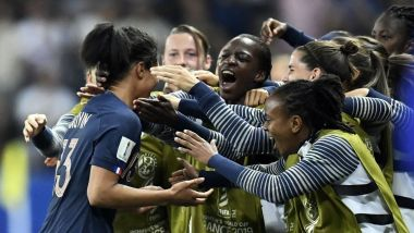 L'arrière des Bleues, Valérie Gauvin félicitée par ses co-équipière après son but contre la Norvège à Nice, lors du Mondial féminin de football 2019 en France - 12/06/2019 / © Christophe Simon / AFP