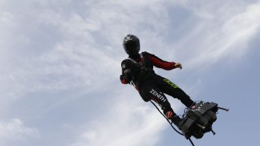 L'homme volant sur son Flyboard / © PHILIPPE LAURENSON / MaxPPP