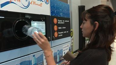 Lodève (Hérault) - Cette machine permet de récupérer les bouteilles en plastique vides, en échange d'un bon de réduction ou la possibilité de faire un don à deux associations - septembre 2019. / © V. Banabéra / FTV