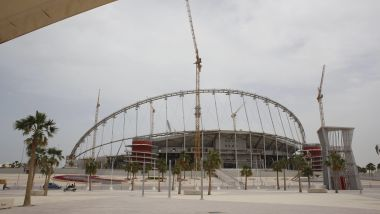 Le Khalifa Stadium en construction accueillera des matchs de Coupe du monde de Football en 2022. Les conditions de constructions sont particulièrement difficiles, et les stades devront être climatisés, à l'air libre. / © Olivier Corsan / Maxppp