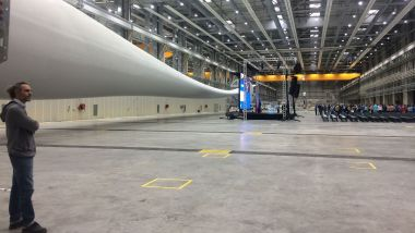 La nef du bâtiment de production de LM Wind Power / © Lara Dolan / France Télévisions