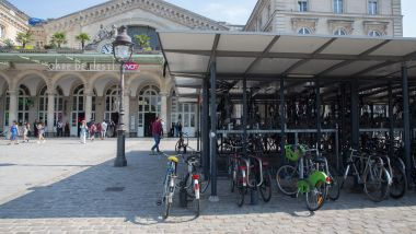 Un parking vélo et une station Veligo à la gare de l'Est à Paris. / © IP3 PRESS/MAXPPP