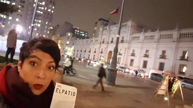 "La réalisatrice Elvira Diaz devant le palais présidentiel de la Moneda, à Santiago du Chili, avant la projection de son documentaire ""El Patio"" en 2018 / © Elvira Diaz"