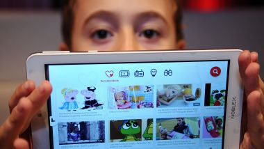 Un enfant montre son application Youtube sur sa tablette - Photo d'illustration / © TELAM/MAXPPP