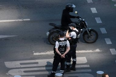"Le casque à visière assure ""les mêmes garanties que le port du masque en termes de risque de transmission de la covid 19"", si la visière est baissée, justifie la préfecture de police de Paris (illustration). / © IP3 PRESS/MAXPPP"