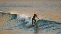 Surf: Pauline prend la vague avant le confinement complet