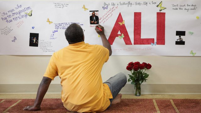 L'hommage d'un anonyme à Mohamed Ali à Louisville / © MARK LYONS / GETTY IMAGES NORTH AMERICA / AFP